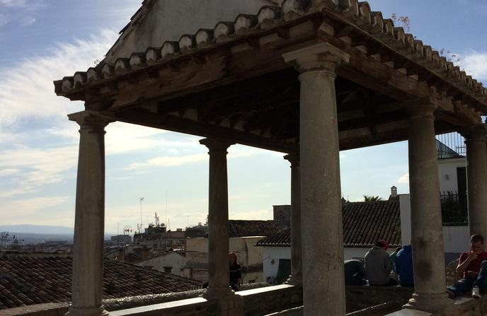 Se sostiene sobre columnas toscanas de piedra de sierra elvira armadura de madera y cubierta de - Parking plaza puerta real en granada ...