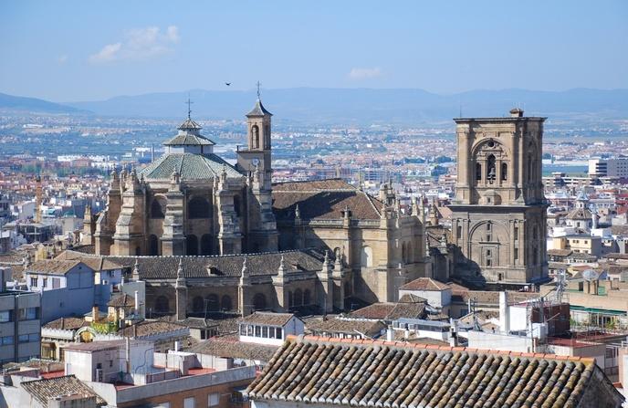 Vista de la Catedral renacentista de Granada con la ciudad a su alrededor