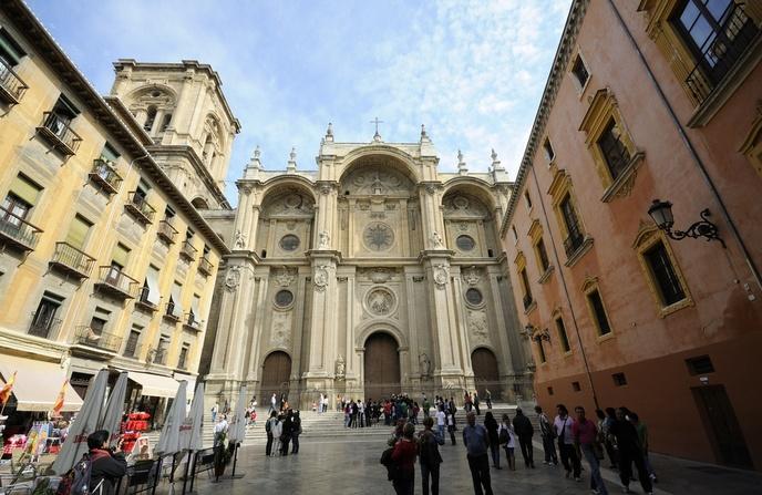 La Catedral desde la coqueta plaza de las Pasiegas